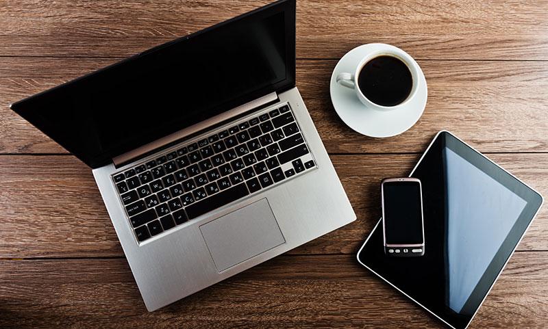 אילוסטרציה: פלאפון ליד מחשב (עדכון אלגוריתם מובייל פירסט)